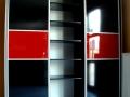 Sevroll-magasfenyu-fekete-piros-uveges-toloajtos-beepitettszekreny-belso-elrendezes