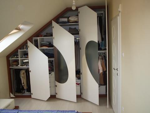 Tetőtéri beépített szekrény magasfényű festett ajtókkal